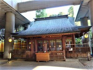 ビルの谷間に佇む五反田にある「雉子神社」