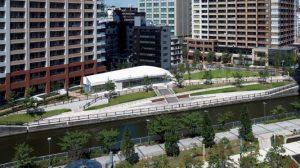 「五反田ふれあい水辺広場」は目黒川沿いの憩いの場